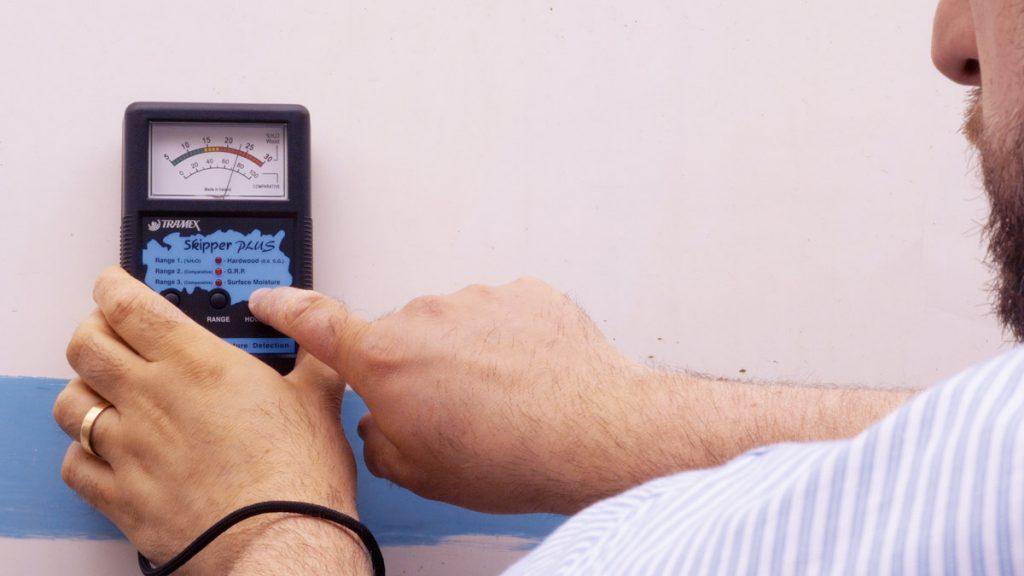 Misure di umidità di scafi in legno e vetroresina con misuratori portatili