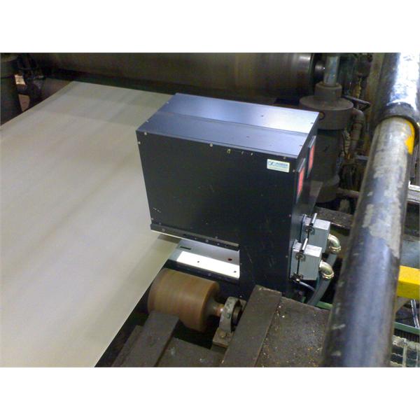 Måling av tykkelse og bredde på metallbånd i produksjonslinjen