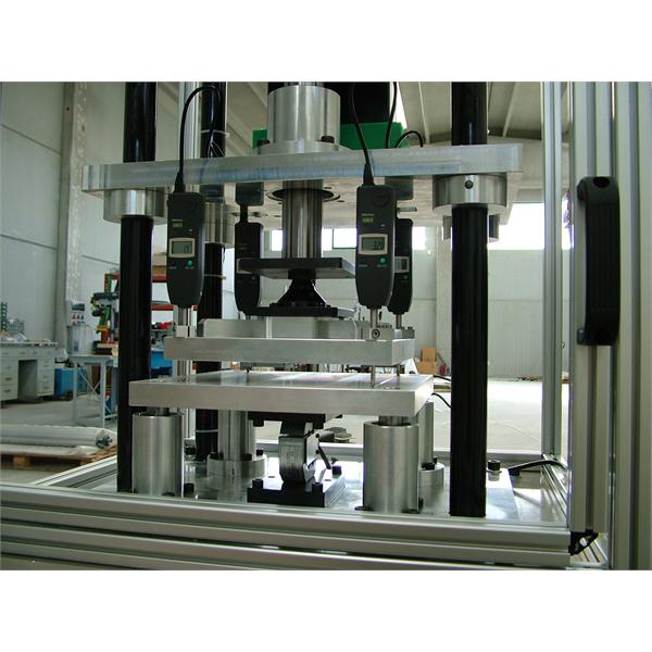 Systemer for deformasjon og tykkelseskontroll av isolasjonsmaterialer som er utsatt for kompresjon