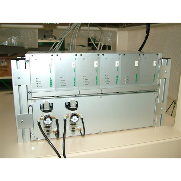 Elektroniske kontrollenheter og elektriske paneler for datainnsamling og prosesskontroll i produksjonslinjen og det metrologiske laboratoriet