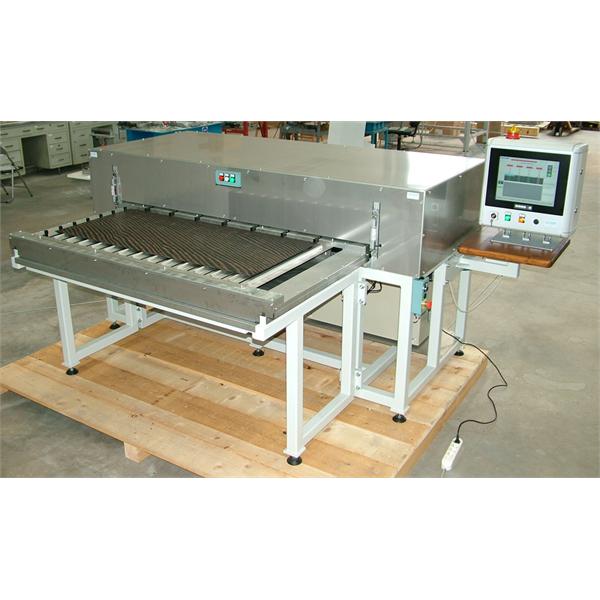System för att kontrollera tjockleken på plattor och paneler i produktionslinjen