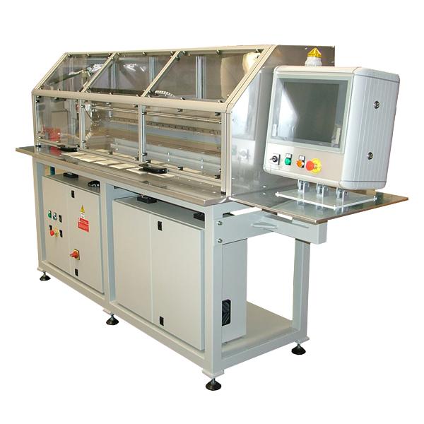 Automatiske optiske systemer for måling av bredden på flate produkter, papirark, papp og filmer